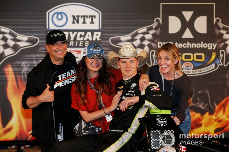 Josef Newgarden, Team Penske Chevrolet celebrates with his parents and fiancee Ashley in victory lane