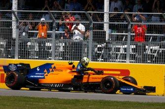 Lando Norris, McLaren MCL34, parks up with damage