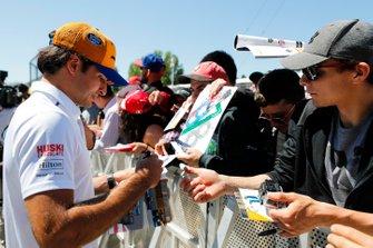 Carlos Sainz Jr., McLaren signs a autograph for a fan