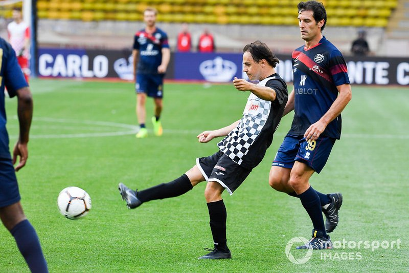 Felipe Massa plays football