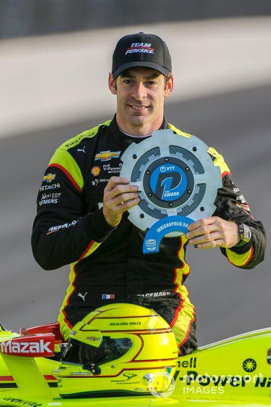 El ganador del premio NTT P1 y de la pole Simon Pagenaud, el equipo Penske Chevrolet posa para las fotos de la primera fila