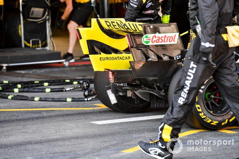 Il posteriore danneggiato di Daniel Ricciardo, Renault R.S.19 ritirato dalla gara