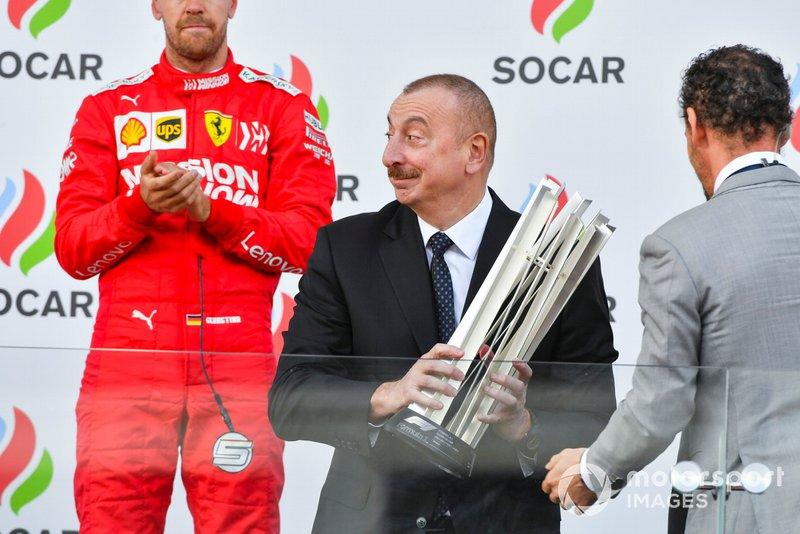 Il Presidente dell'Azerbaijan Ilham Aliyev sul podio si prepara a premiare i vincitori