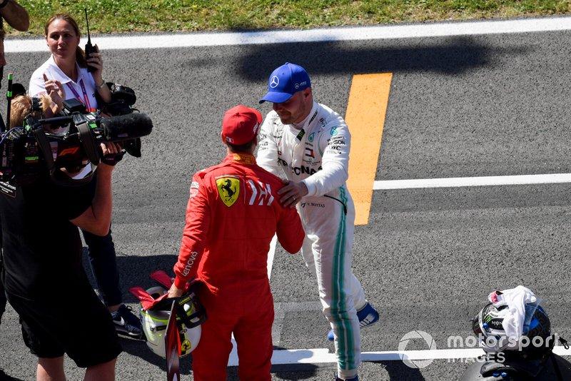 Sebastian Vettel, Ferrari, si congratula con Valtteri Bottas, Mercedes AMG F1, per la pole position