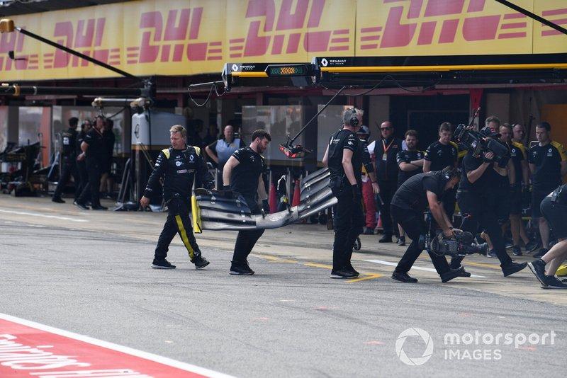 Los mecánicos recogen el alerón delantero roto de Nico Hulkenberg, Renault R.S. 19