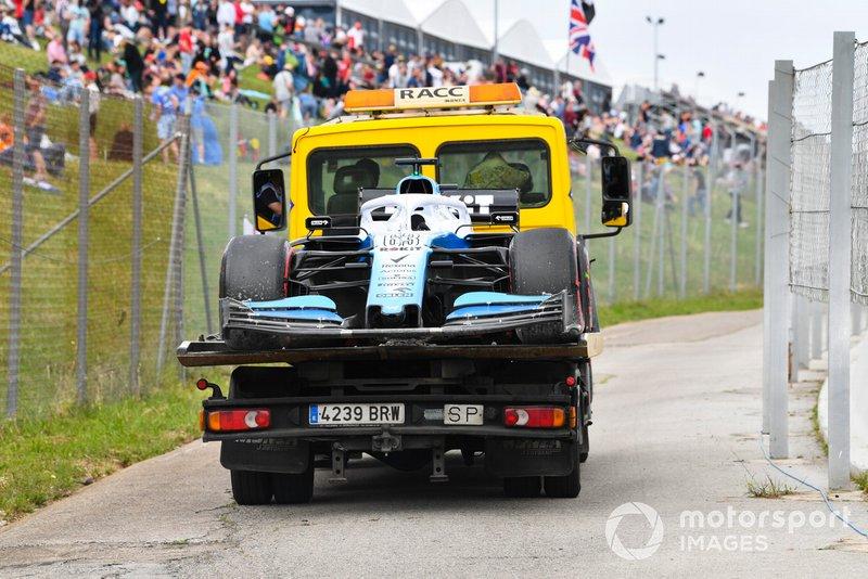 La voiture de George Russell, Williams Racing FW42, est ramenée sur une dépanneuse