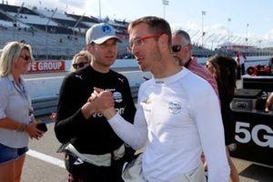 Will Power, Team Penske Chevrolet, si congratula dopo aver vinto la pole con Sebastien Bourdais, A.J. Foyt Enterprises Chevrolet