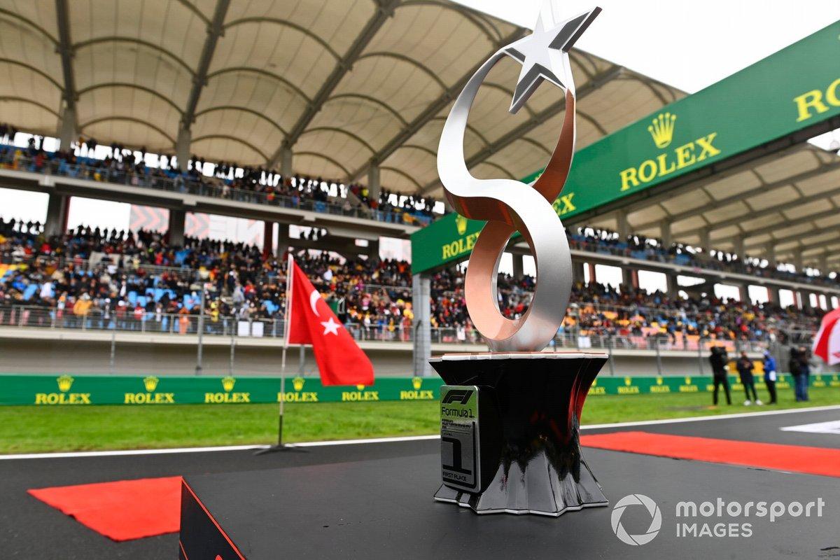 El trofeo en la parrilla antes de la salida