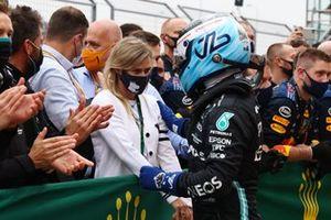 Valtteri Bottas, Mercedes, 1a posizione, festeggia nel Parc Ferme con la sua ragazza Tiffany Cromwell