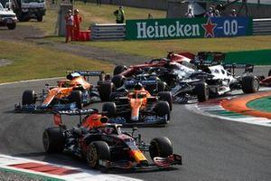Max Verstappen, Red Bull Racing RB16B, Daniel Ricciardo, McLaren MCL35M, Lando Norris, McLaren MCL35M, Pierre Gasly, AlphaTauri AT02, en de rest van het veld tijdens de openingsronde