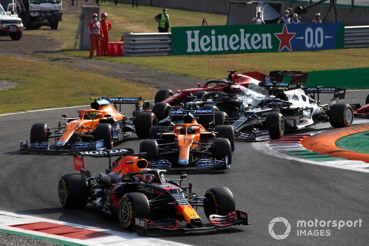 Max Verstappen, Red Bull Racing RB16B, Daniel Ricciardo, McLaren MCL35M, Lando Norris, McLaren MCL35M, Pierre Gasly, AlphaTauri AT02, y el resto en la primera vuelta