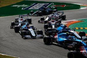 Nicholas Latifi, Williams FW43B, George Russell, Williams FW43B, Robert Kubica, Alfa Romeo Racing C41, Nikita Mazepin, Haas VF-21, Mick Schumacher, Haas VF-21, en Valtteri Bottas, Mercedes W12, bij de start.