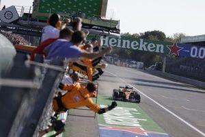 Lando Norris, McLaren MCL35M, 2e positie, komt over de streep tot grote vreugde van zijn team