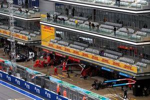 Carlos Sainz Jr., Ferrari SF21, et Fernando Alonso, Alpine A521, retournent dans leurs garages
