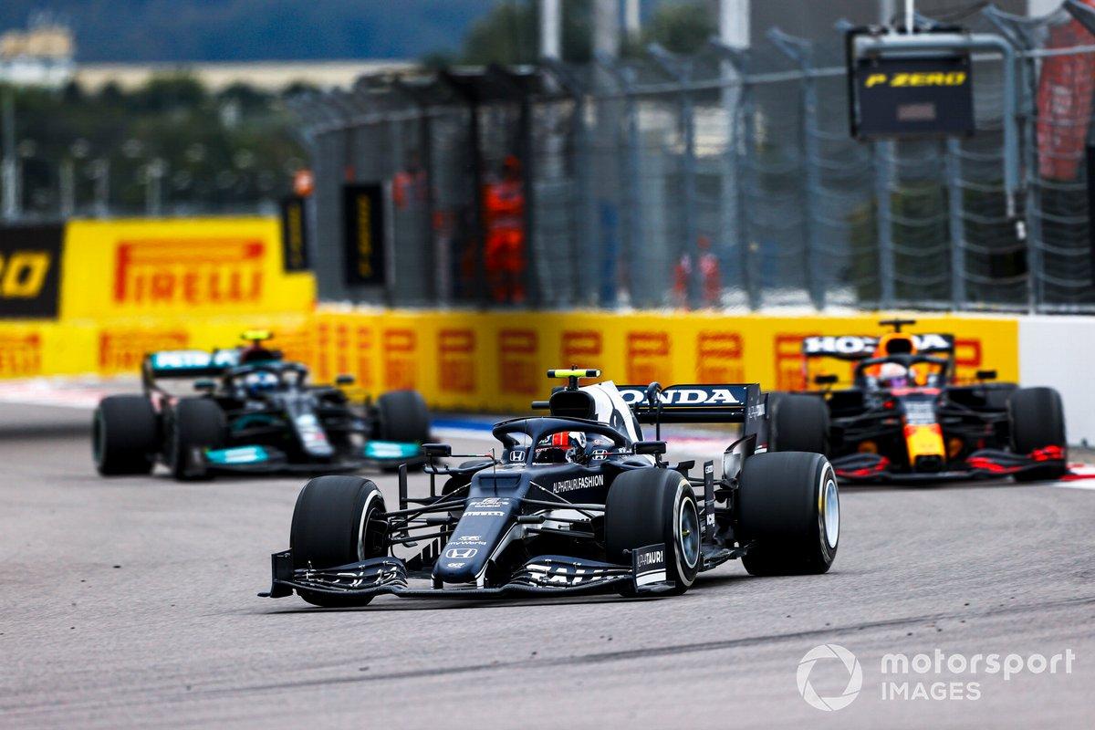 Pierre Gasly, AlphaTauri AT02, Max Verstappen, Red Bull Racing RB16B, e Valtteri Bottas, Mercedes W12