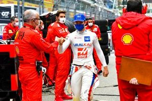 Mick Schumacher, Haas F1, with Ferrari mechanics on the grid