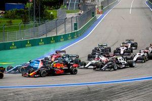 Esteban Ocon, Alpine A521, Sergio Perez, Red Bull Racing RB16B, Sebastian Vettel, Aston Martin AMR21, Charles Leclerc, Ferrari SF21, Kimi Raikkonen, Alfa Romeo Racing C41, and the remainder of the field at the start