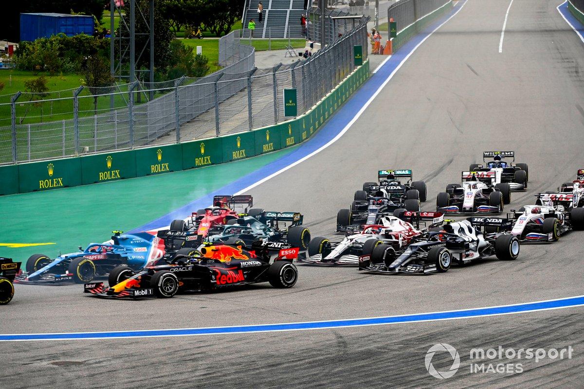 Inicio: Esteban Ocon, Alpine A521, Sergio Pérez, Red Bull Racing RB16B, Sebastian Vettel, Aston Martin AMR21, Charles Leclerc, Ferrari SF21, Kimi Raikkonen, Alfa Romeo Racing C41,