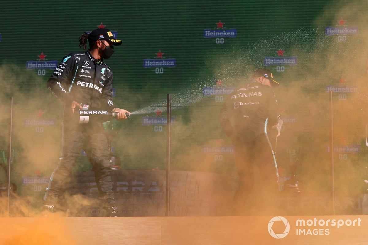 Podio: segundo lugar Lewis Hamilton, Mercedes, ganador Max Verstappen, Red Bull Racing, tercer lugar Valtteri Bottas, Mercedes