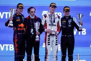 Le Champion Dennis Hauger, Prema Racing fête sur le podium avec le vainqueur Logan Sargeant, Charouz Racing System, Victor Martins, MP Motorsport, et l'ingénieur en chef deCharouz, Andrea Rochetto
