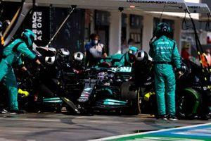 Lewis Hamilton, Mercedes W12, fait un arrêt pour des pneus slicks