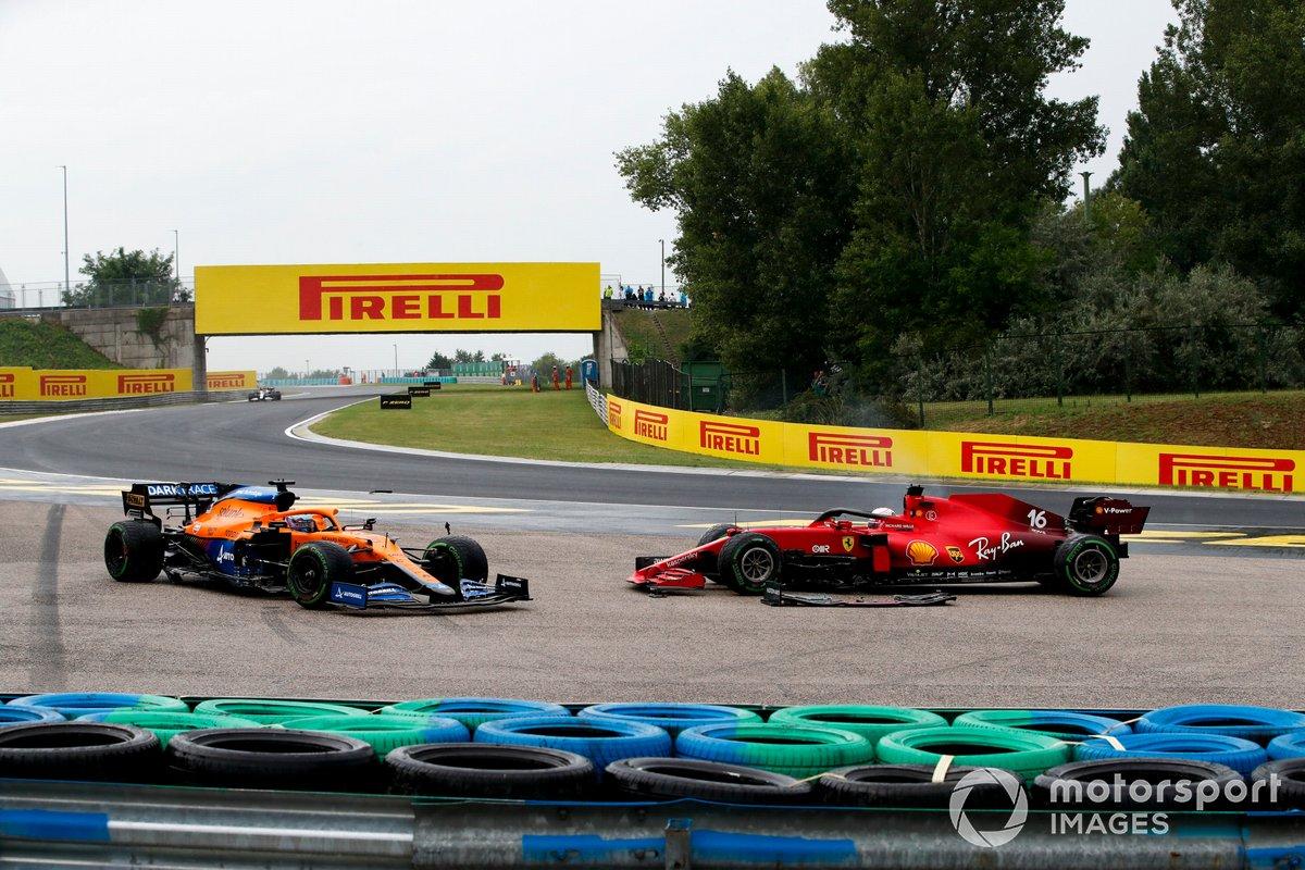 Daniel Ricciardo, McLaren MCL35M, y Charles Leclerc, Ferrari SF21, tras un choque en la primera vuelta