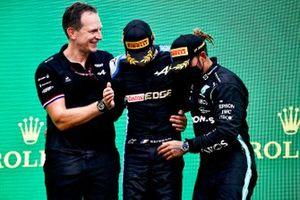 Podio: Laurent Rossi, CEO Alpine F1, ganador Esteban Ocon, Alpine F1, tercer lugar Lewis Hamilton, Mercedes