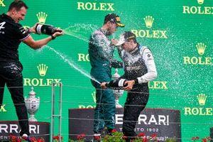 Laurent Rossi, PDG, Alpine F1, le deuxième Sebastian Vettel, Aston Martin, le vainqueur Esteban Ocon, Alpine F1, et le troisième Lewis Hamilton, Mercedes, fêtent avec le Champagne sur le podium