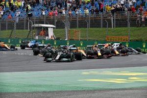 Lewis Hamilton, Mercedes W12, alla partenza mentre Valtteri Bottas, Mercedes W12, Lando Norris, McLaren MCL35M, Max Verstappen, Red Bull Racing RB16B, e Sergio Perez, Red Bull Racing RB16B, si scontrano