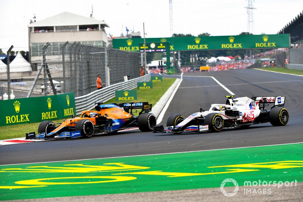 Daniel Ricciardo, McLaren MCL35M, adelanta a Mick Schumacher, Haas VF-21