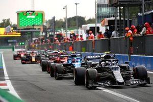 Pierre Gasly, AlphaTauri AT02, Esteban Ocon, Alpine A521, en Carlos Sainz Jr., Ferrari SF21, in de pits