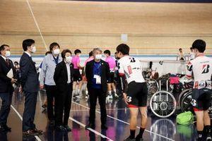 自転車競技会を視察する片山右京と、橋本聖子東京オリンピック・パラリンピック競技大会組織委員会会長