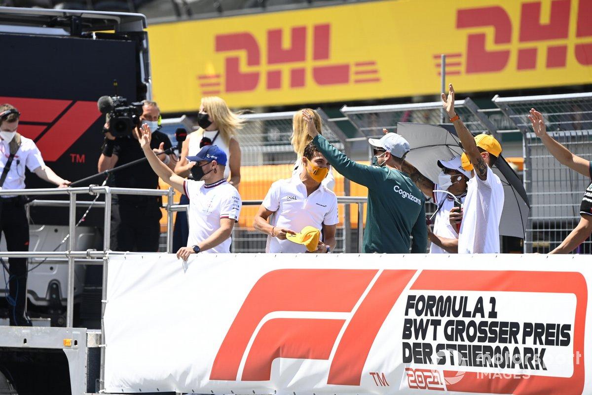 Valtteri Bottas, Mercedes, Daniel Ricciardo, McLaren, Sebastian Vettel, Aston Martin, en el desfile de pilotos