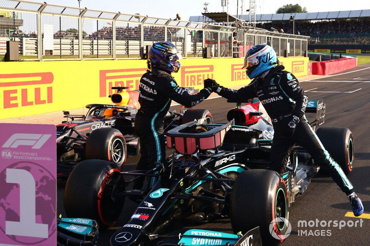 Ganador de la primera posición para la carrera Sprint Lewis Hamilton, Mercedes y el tercer puesto Valtteri Bottas, Mercedes
