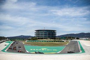 Valtteri Bottas, Mercedes W12, Lewis Hamilton, Mercedes W12, Max Verstappen, Red Bull Racing RB16B, Carlos Sainz Jr., Ferrari SF21, en de rest van het veld