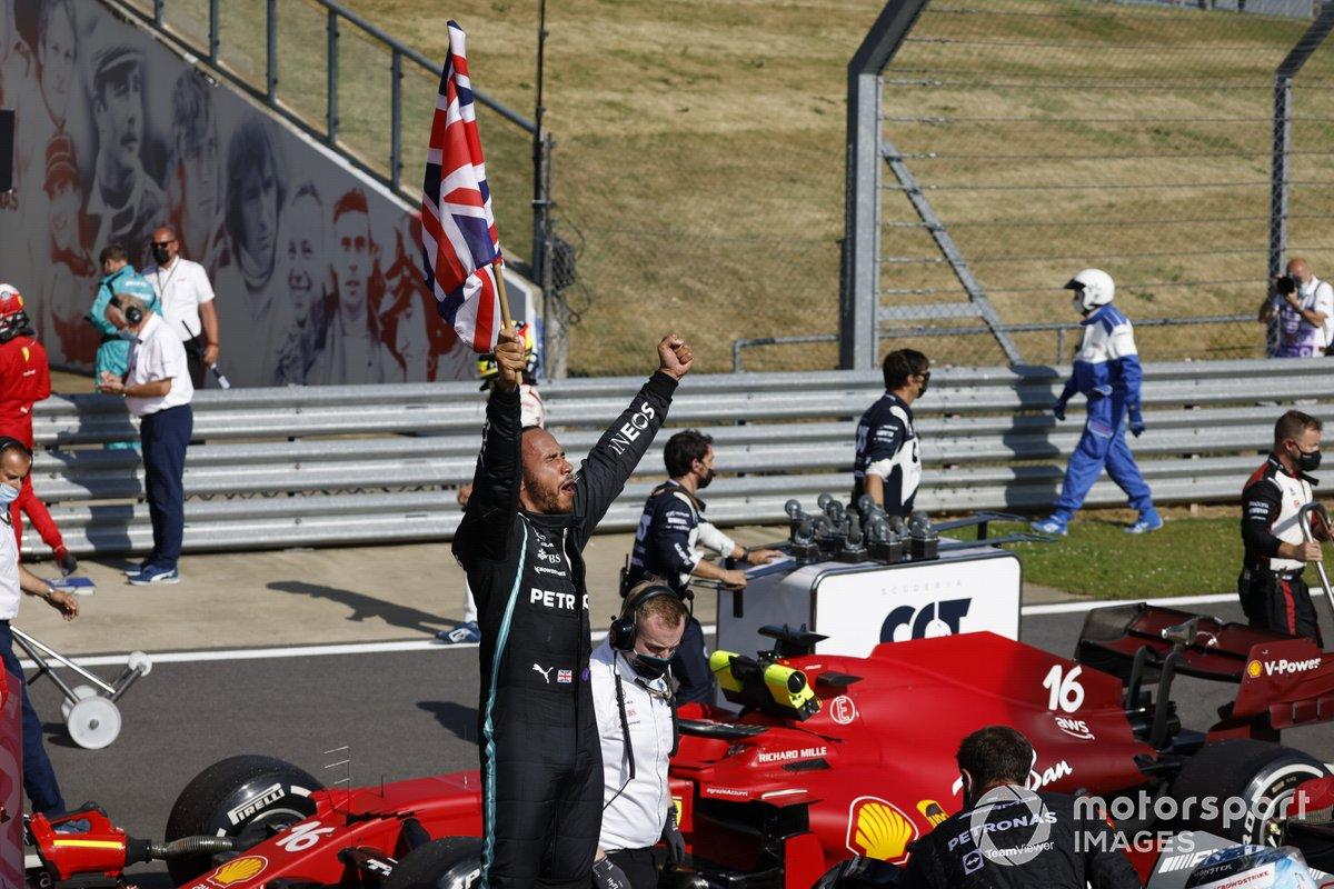 Lewis Hamilton, Mercedes, primo classificato, festeggia dopo la gara sventolando la bandiera della Gran Bretagna
