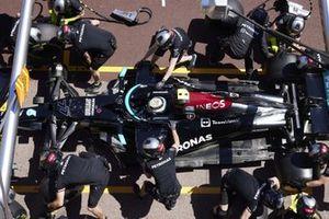 Valtteri Bottas, Mercedes W12, fait un arrêt au stand durant les essais
