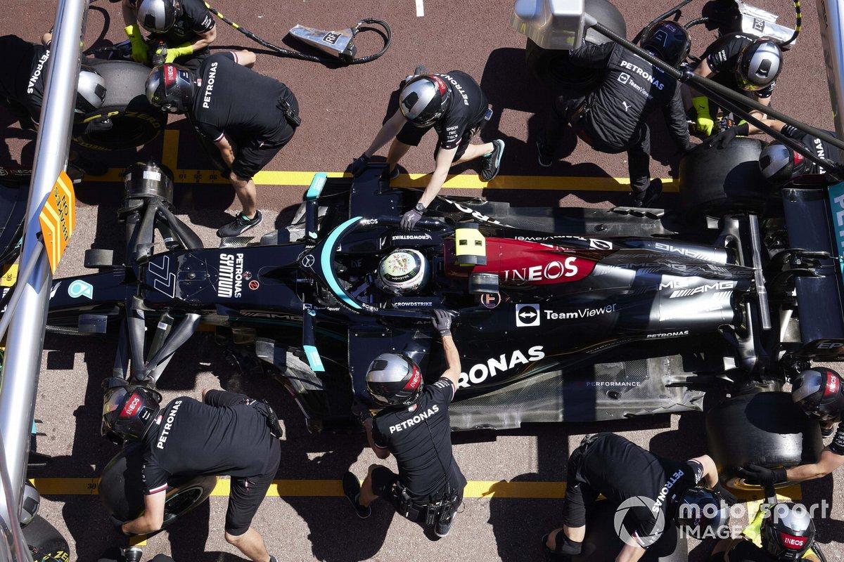Valtteri Bottas, Mercedes W12, effettua un pit stop durante le prove
