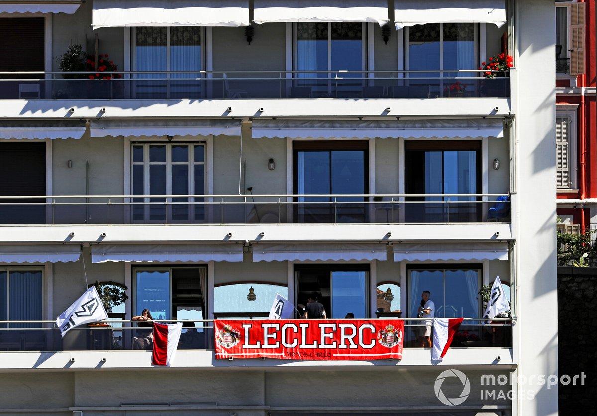 Pancarta de apoyo a Charles Leclerc, Ferrari