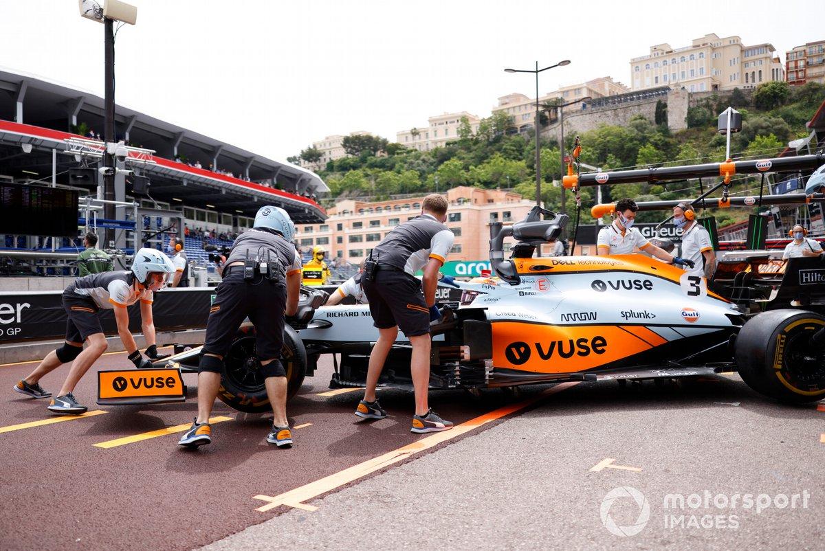 Daniel Ricciardo, McLaren MCL35M, torna in garage
