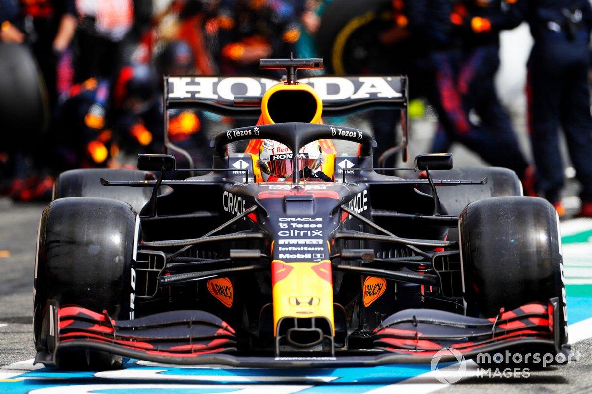 Max Verstappen, Red Bull Racing RB16B, torna in pista dopo la sosta ai box