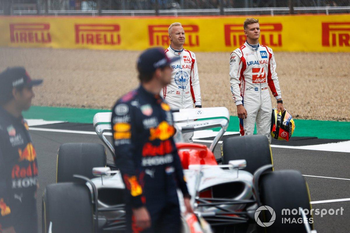 Mick Schumacher, Haas F1, Nikita Mazepin, Haas F1 en el evento de lanzamiento del coche de Fórmula 1 de 2022 en la parrilla de Silverstone