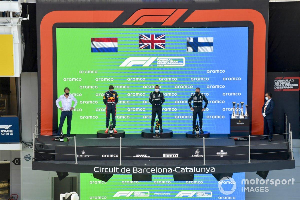 Max Verstappen, Red Bull Racing, segunda posición, Lewis Hamilton, Mercedes, primera posición, y Valtteri Bottas, Mercedes, tercera posición, en el podio