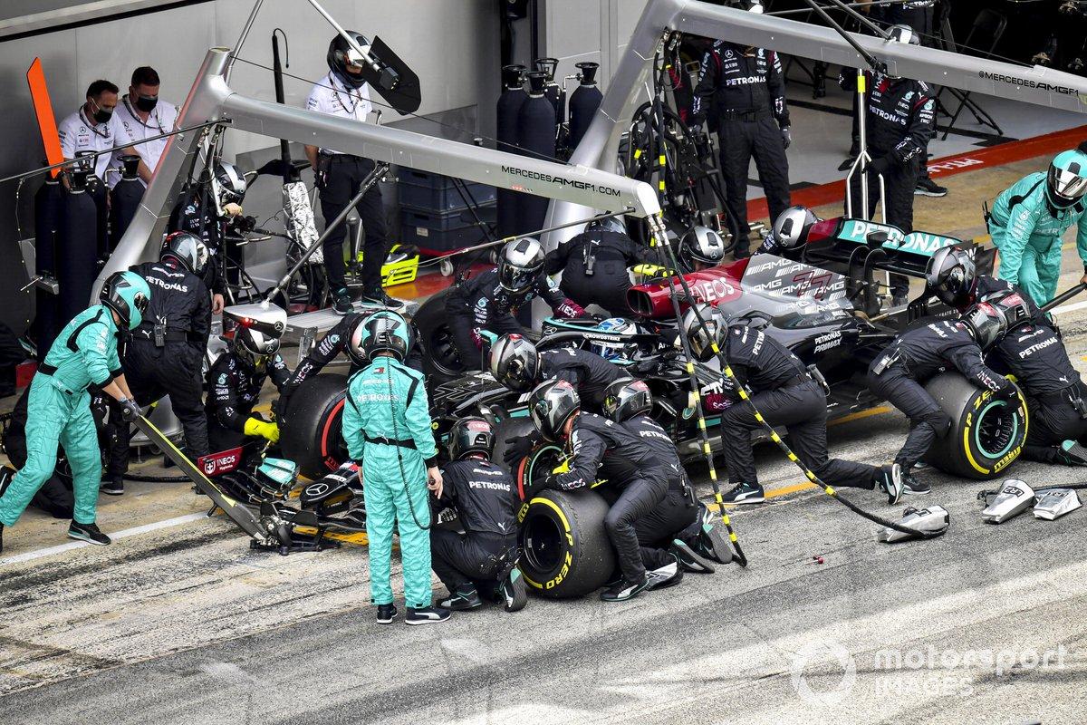 Valtteri Bottas, Mercedes W12, en los boxes