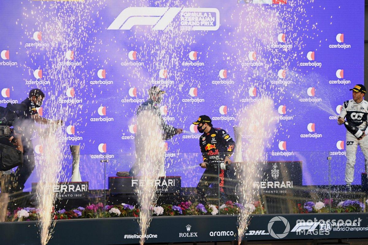 Podio: segundo lugar Sebastian Vettel, Aston Martin, ganador de la carrera Sergio Pérez, Red Bull Racing, tercer lugar Pierre Gasly, AlphaTauri