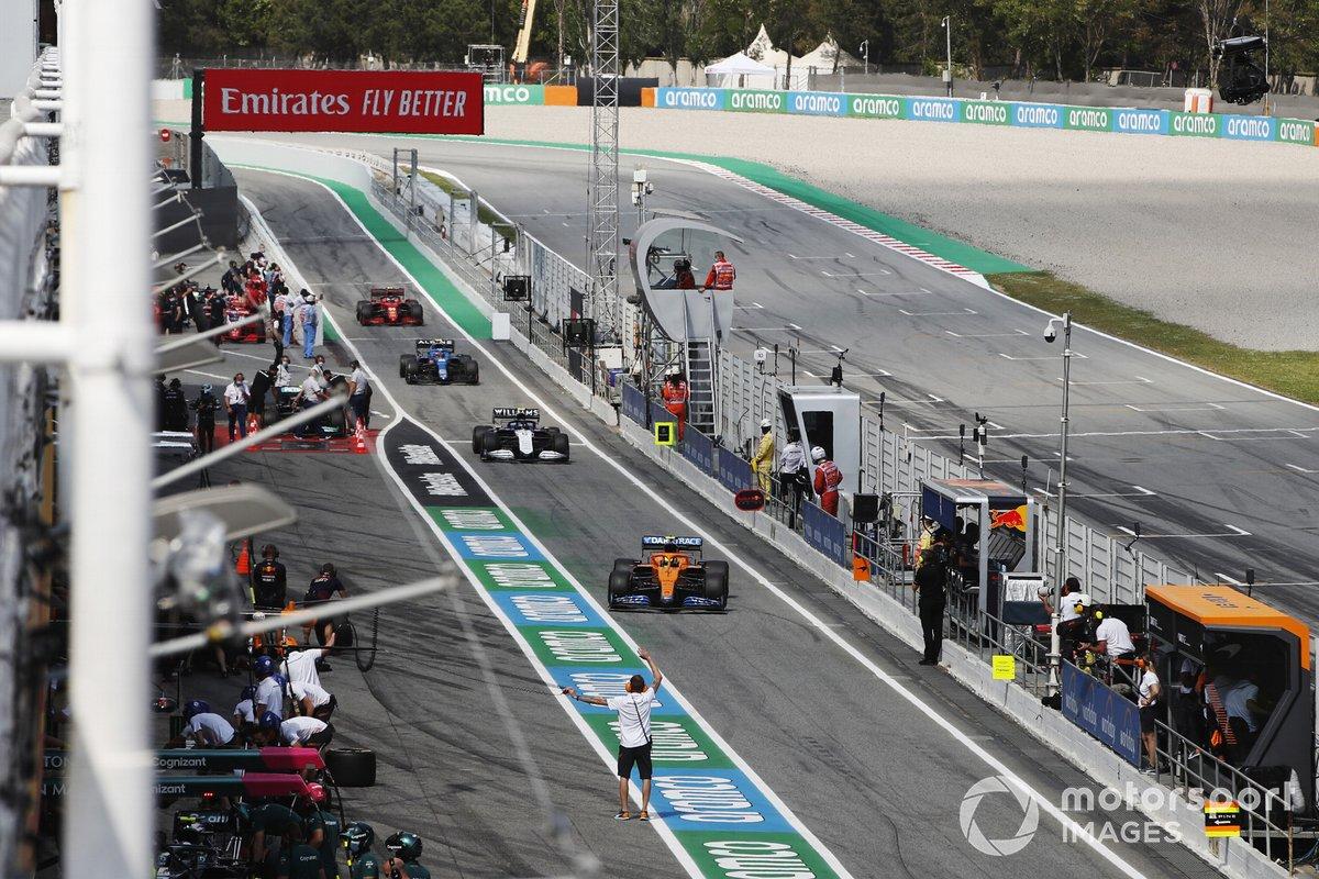 Lando Norris, McLaren MCL35M, Nicholas Latifi, Williams FW43B, e Esteban Ocon, Alpine A521, in pit lane