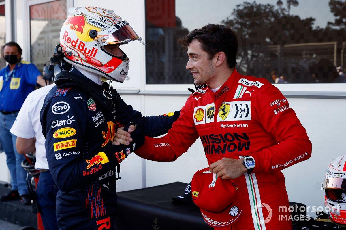 Max Verstappen, Red Bull Racing, saluda a Charles Leclerc, Scuderia Ferrari.