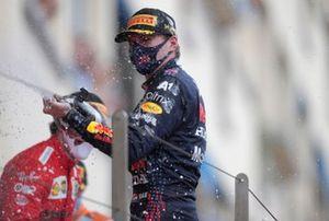 Max Verstappen, Red Bull Racing, primo classificato, spruzza Champagne
