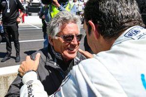 Mario Andretti congratulates Helio Castroneves, Meyer Shank Racing Honda