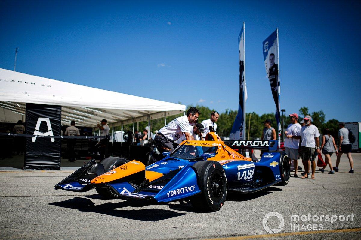 Kevin Magnussen, miembros del equipo Arrow McLaren SP Chevrolet